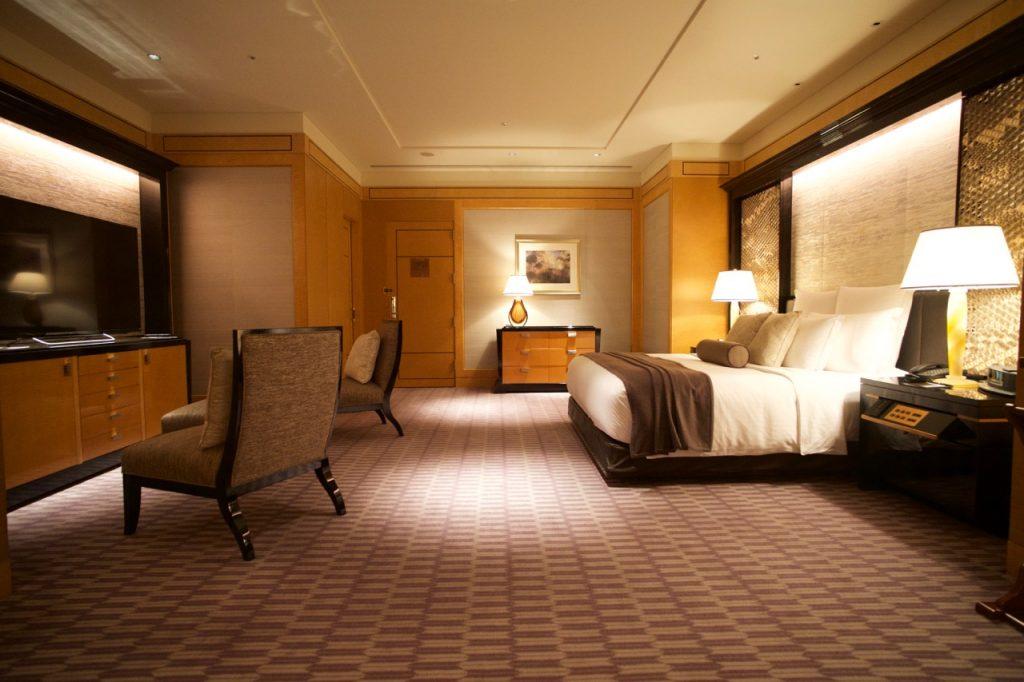 ザリッツカールトンスイートのベッドルームとテレビ